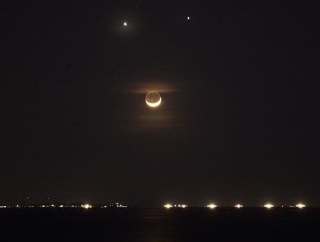 Venus Jupiter Bulan tersenyum